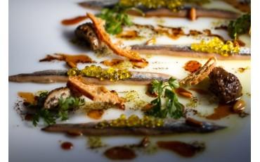 Anchoas gourmet a la trufa negra con miel y setas.
